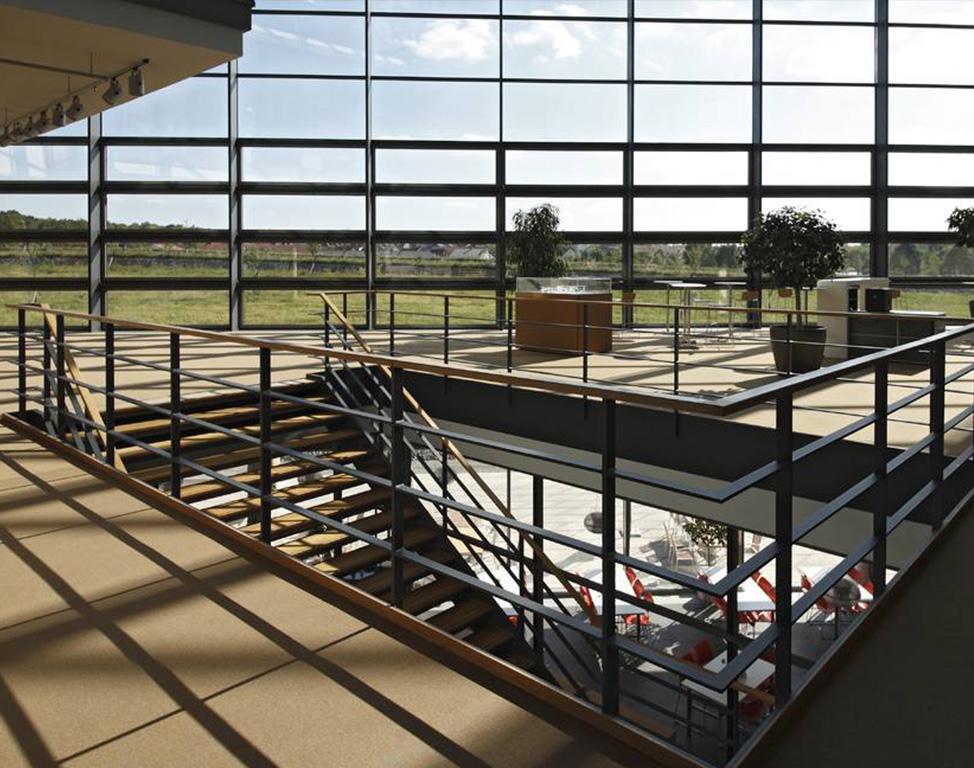 Treppenhaus und Glasfassade eines Bürogebäudes.