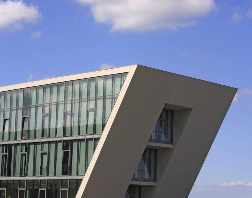 Modernes Bürogebäude mit hoher Glasfront.
