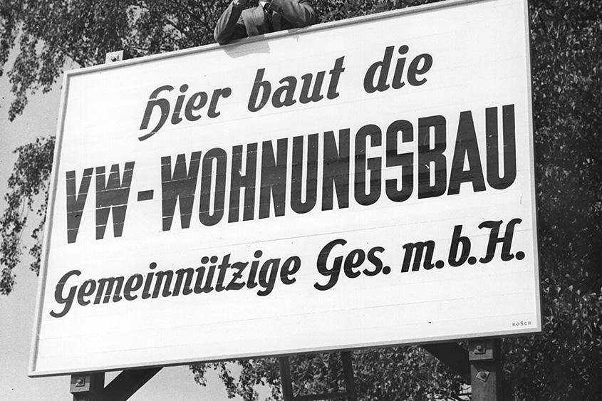 Historisches Schild der VW-Wohnungsbau GmbH.