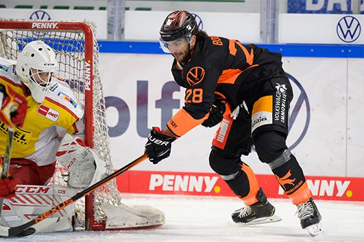 Eishockeyspieler beim Torschuss.