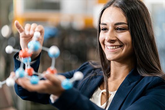 Junge Frau mit Molekülmodell.
