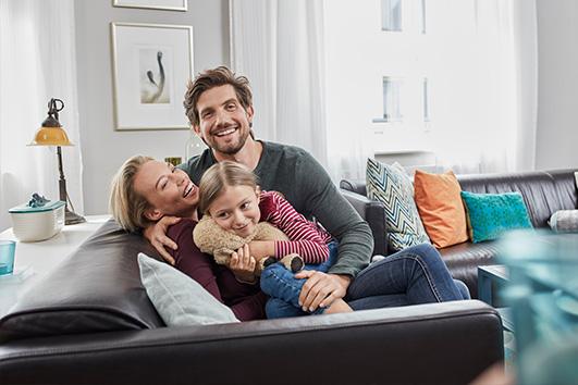 Junge Familie auf dem Sofa.