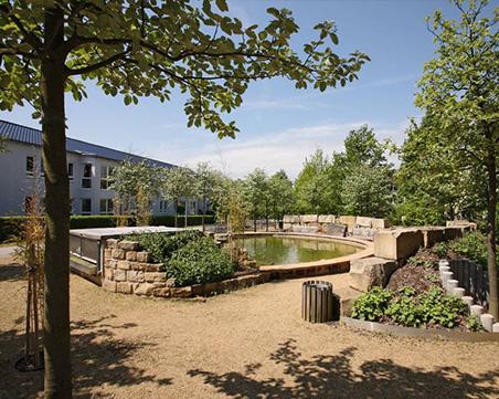 Gartenanlage mit Wasserbecken.