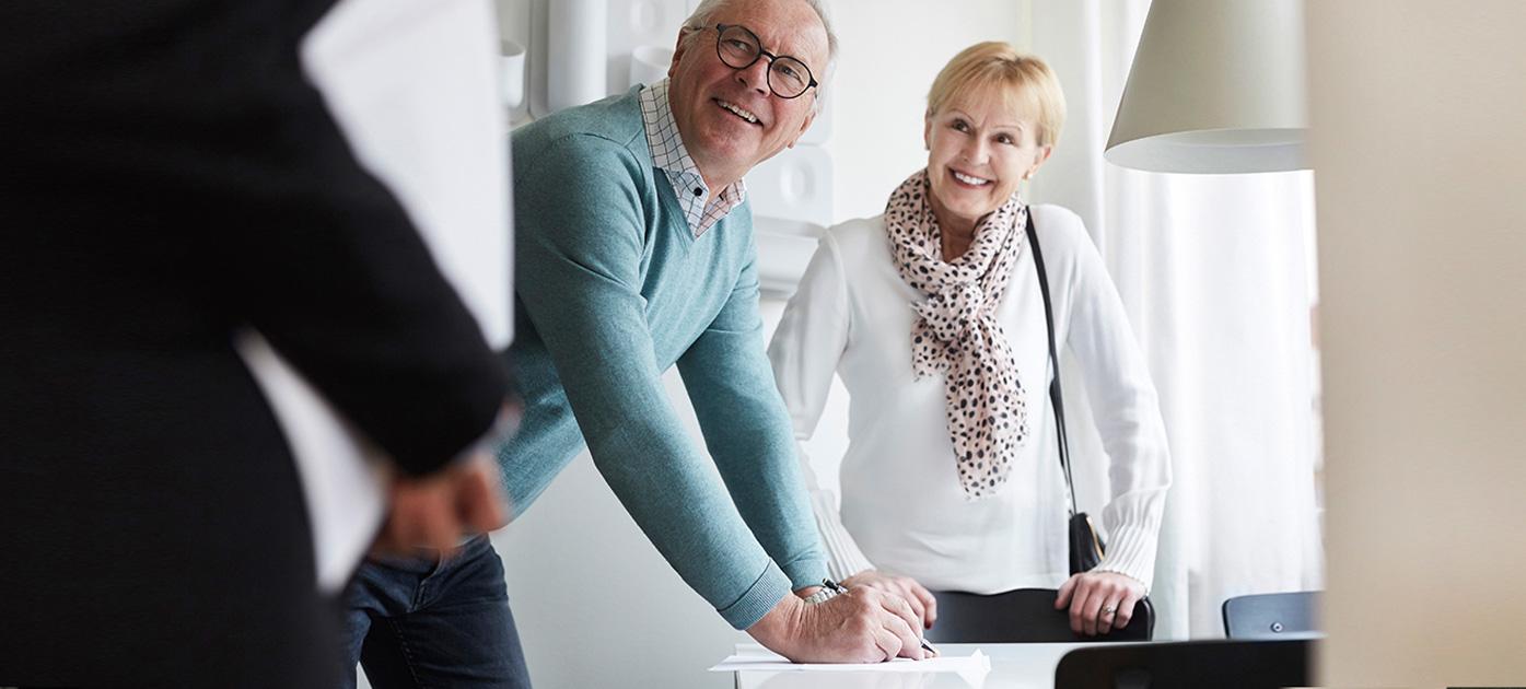 Älteres Paar mit Kaufvertrag.