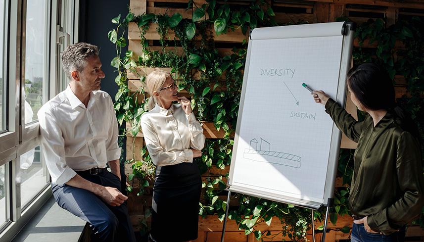 Kollegen unterhalten sich über Nachhaltigkeit.