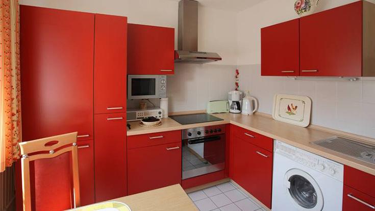 Moderne Küchenecke in Rot.