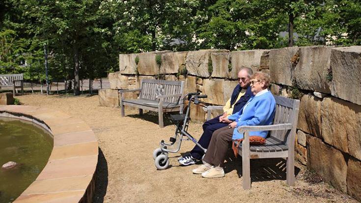 Älteres Paar auf Parkbank.