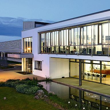 Bürogebäude mit Gartenanlage.