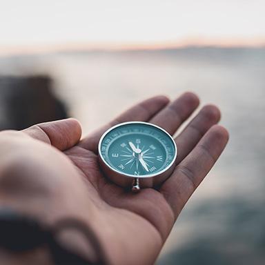 Offene Hand mit Kompass.