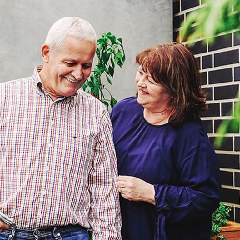 Lächelndes Paar im Ruhestand.