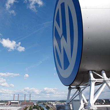 Volkswagen Logo auf dem Hauptquartier.