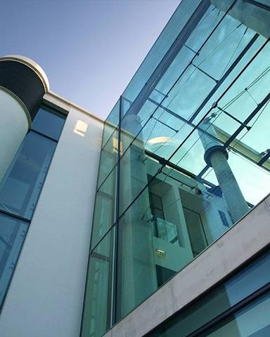 Bürogebäude mit Glasfassade.