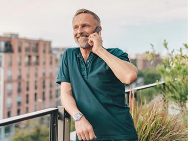Mann beim telefonieren.