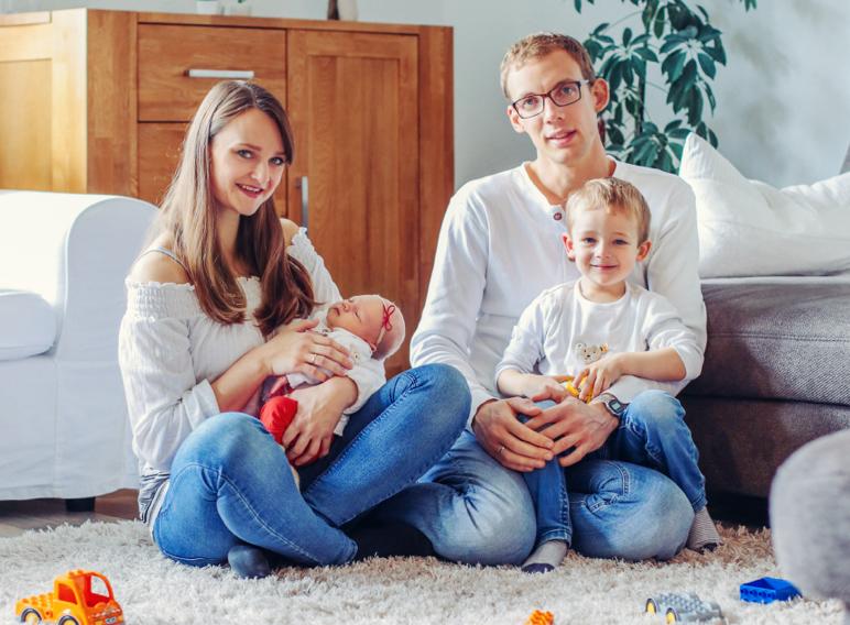 Junge Familie im Wohnzimmer.