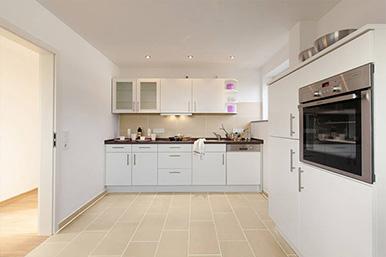 Moderne Küche in Weiß.