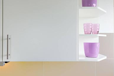 Küchenschrank mit violetten Vasen.