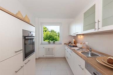 Moderne Küche mit warmen Farben.