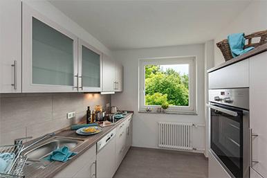 Küchenzeile mit großem Fenster.