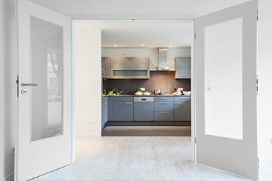 Doppeltür mit Blick in die Küche,