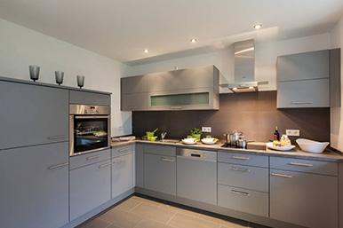 Moderne Küche in Hellgrau.