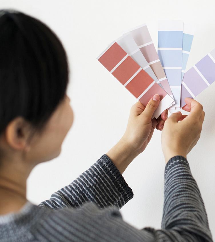 Frau mit einer Auswahl an Farben.
