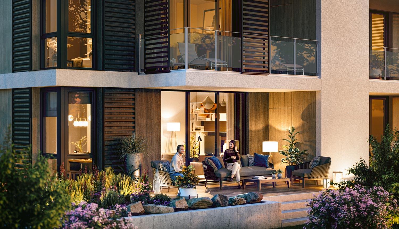 Paar auf Terrasse mit Garten.