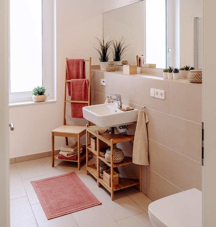 Modernes, lichtdurchflutetes Badezimmer.