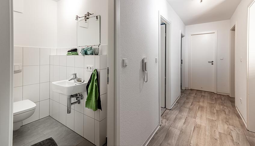 Blick aus dem Flur in das Badezimmer