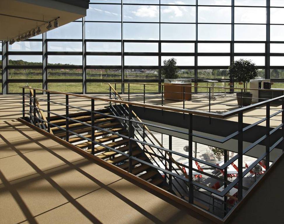 Treppenhaus und Glasfassade eines Bürogebäudes
