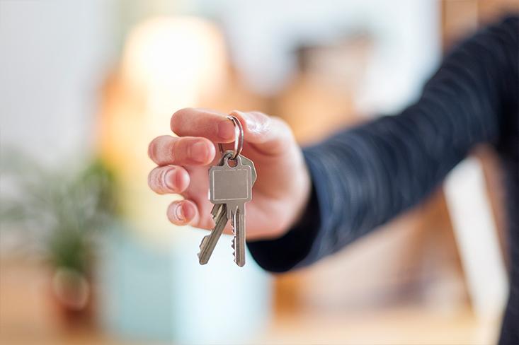 Schlüsselübergabe für Kaufimmobilie.