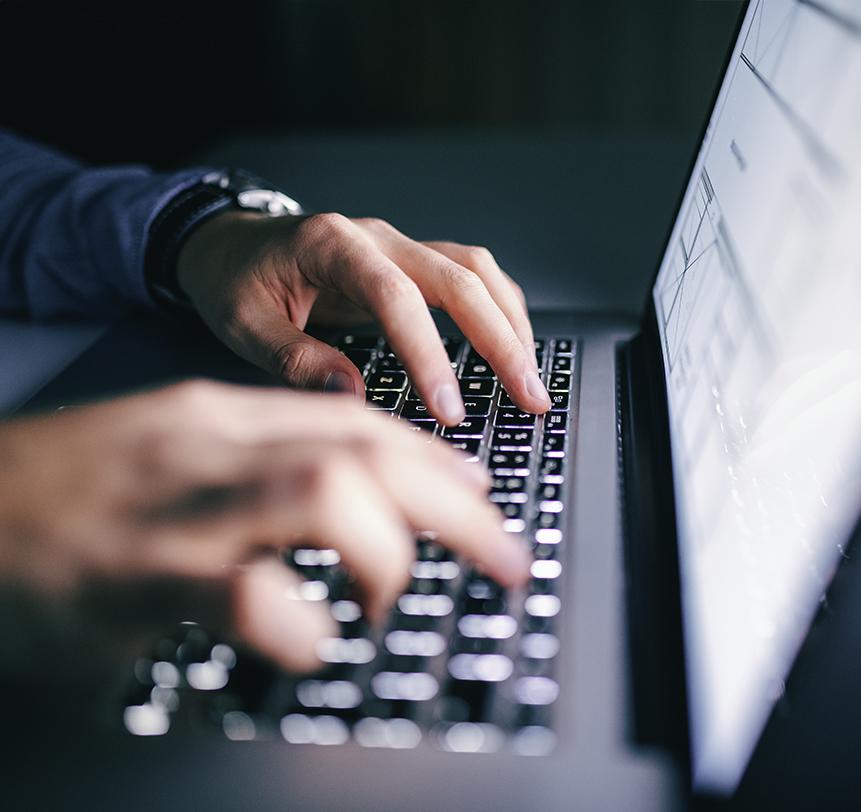 Detailaufnahme von einem tippenden Mitarbeiter auf eine Tastatur.