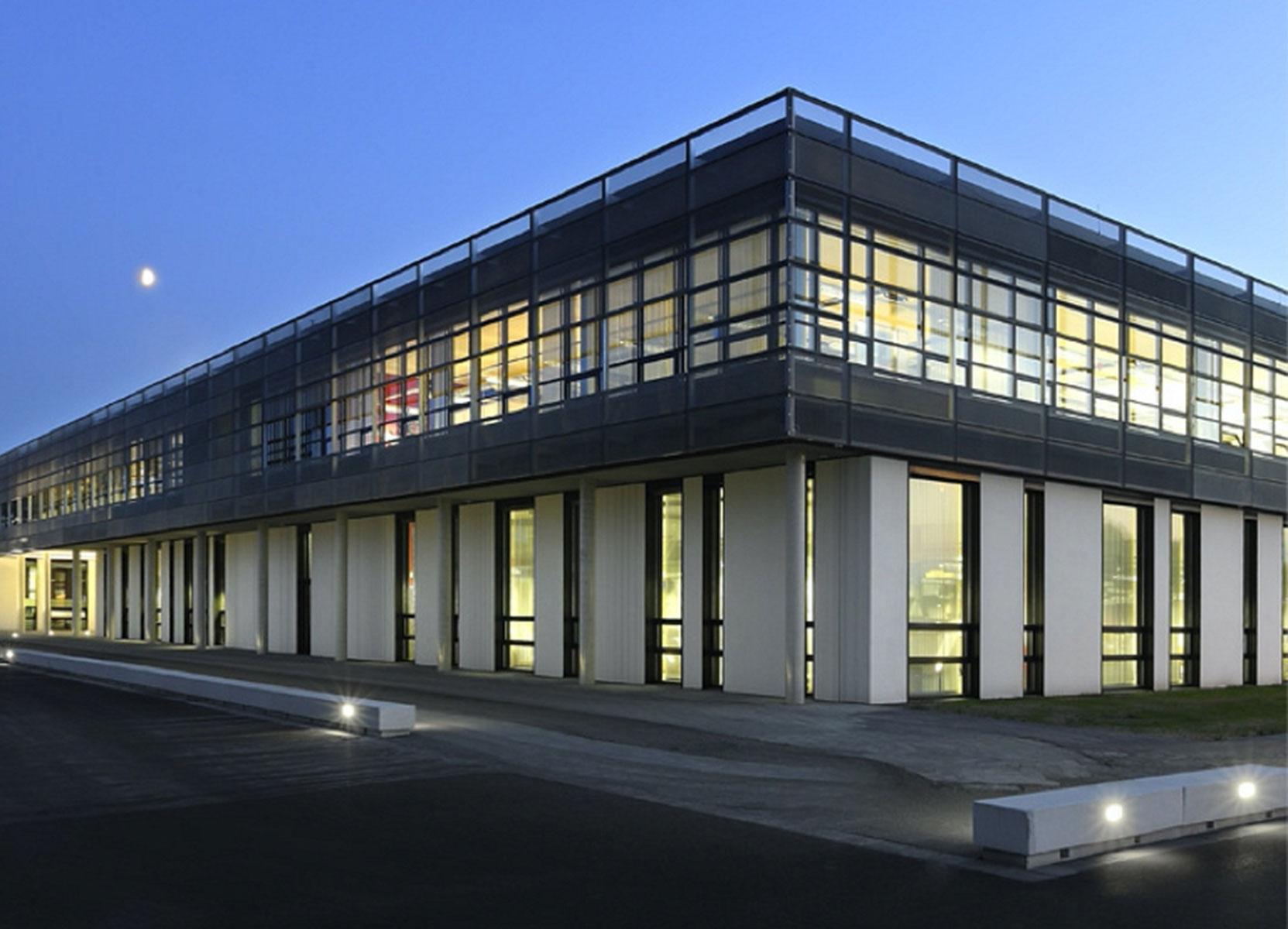 Blick auf modernes Bürogebäude.